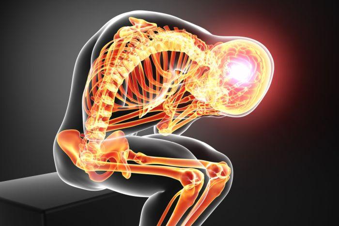 W kilku badaniach klinicznych wykazano korzyści ze stosowania diety ketogenicznej w leczeniu stanu zapalnego. W jednym z badań myszom wstrzyknięto CFA, czyli zawiesinę zabitej ciepłem bakterii Mycobacterium tuberculosis, co doprowadziło do rozwoju miejscowego stanu zapalnego. Po 48 godzinach od iniekcji wykazano, że obrzęk w miejscu iniekcji był znacznie mniejszy u myszy karmionych dietą ketogeniczną niż u myszy karmionych dietą standardowąi. W innym badaniu zwierzętom wstrzykiwano roztwór LPS, czyli lipopolisacharyd (endotoksyna bakteryjna), który indukuje syntezę licznych mediatorów prozapalnych. Iniekcje wykonywane były u szczurów, które wcześniej przez 14 dni karmione były dieta ketogeniczną. W porównaniu do grupy karmionej standardowo, zaobserwowano mniejszy wzrost temperatury ciała, a także mniejsze stężenie cytokin prozapalnych, takich jak TNF – alfa oraz Il – 1 beta. Ponadto zaobserwowano spadek poziomu kwasy arachidonowego, który jest kluczowym prekursorem w procesie syntezy eikozanoidów prozapalnychii. Niealkoholowa choroba stłuszczeniowa wątroby NAFLD to choroba zapalna, w przebiegu której dochodzi do kumulowania się tłuszczu w komórkach wątroby, włóknienia narządu oraz stanu zapalnego. Do rozwoju NAFLD przyczynia się nadmierna masa ciała, insulinooporność, stres oksydacyjny, zaburzenia lipidowe oraz uwarunkowania genetyczne. Leczenie NAFLD ma na celu spowolnienie przebiegu choroby oraz zapobieganie rozwojowi marskości. Jedną z metod leczenia może być odpowiednia interwencja medyczna, np. propagująca dietę ketogeniczną. Pięciu pacjentom z niealkoholową chorobą stłuszczeniową wątroby polecono stosować dietę ketogeniczną, a wpływ takiego sposobu odżywiania na organizm oceniono po upływie 6 miesięcy. Zaobserwowano zadowalającą utratę masy ciała – średnio utraconych zostało prawie 13 kg. Ponadto w 4 bioptatach wątroby wykazano mniejszy stopień stłuszczenia i zwłóknienia tkanki wątrobowej, a także ograniczenie stanu zapalnegoiii. Choroba Leśniowskiego – Crohna